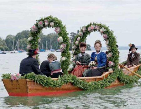 Braut im Boot am Starnberger See mit Begleitung